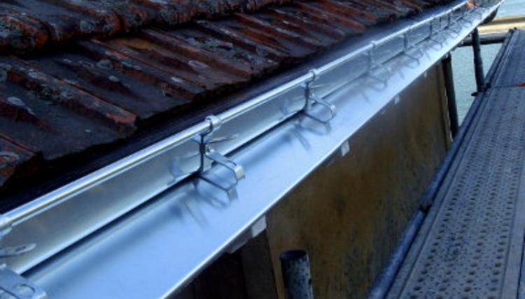 Pose de gouttière en zinc - Ets Deloriere Toiture